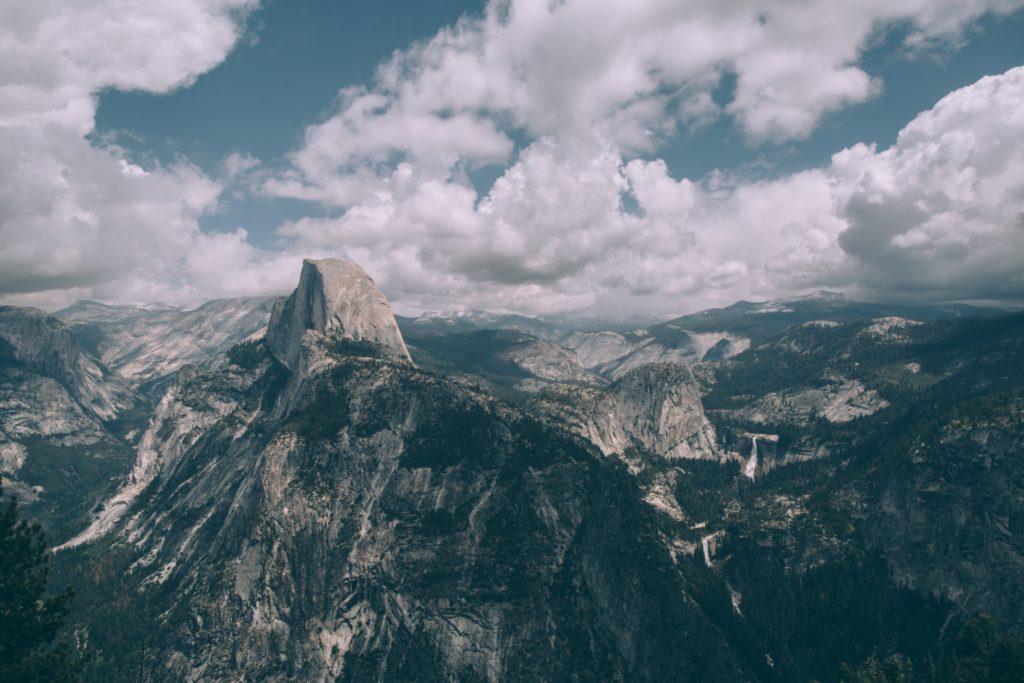 Half Dome in Yosemite, fast 2700 M Granit und eine der beliebtesten Wanderungen in Yosemite (nur noch mit Genehmingun: https://www.nps.gov/yose/planyourvisit/hdpermits.htm)